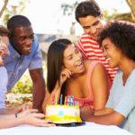「物事をよく知るには十分年齢を重ねていて、(先を)あれこれ気にしなくてもいいぐらい十分若い」~素敵に誕生日を祝うときに使える表現~